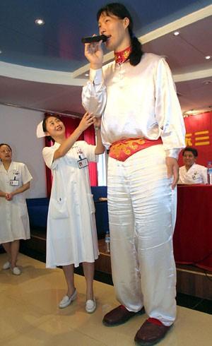 Yao Defen, a mulher mais alta do mundo, em foto de maio de 2002. Sua morte foi anunciada nesta quarta (5) (Foto: AFP)