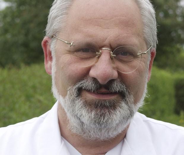 """O médico alemão Jürgen Schäfer, fã da série americana """"Dr. House"""", percebeu que os sintomas de um paciente eram similares a de um episódio da série de TV  (Foto: Centro de Enfermidades Não Diagnosticadas/AP)"""