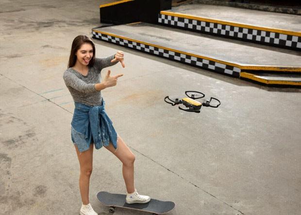 Drone com câmera fotográfica é controlado apenas com as mãos (Foto: Divulgação)