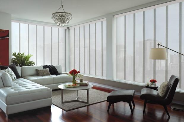 As cortinas em tom claro permitem melhor aproveitamento da luz natural, com menor número de luzes acesas e economia de energia elétrica (Foto: Divulgação)