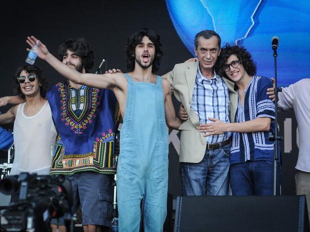 Membros da Dônica e Arthur Verocai se abraçam ao fim do show no palco Sunset (Foto: Alexandre Durão/G1)