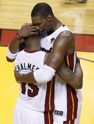 Mario Chalmers e Chris Bosh se abra&#231;am, Miami Heat x Oklahoma City Thunder (Foto: Ag&#234;ncia AP)