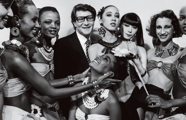 Yves Saint Laurent cercado por modelos, em 1995, clicado por Françoise Huguier. (Foto: Divulgação)