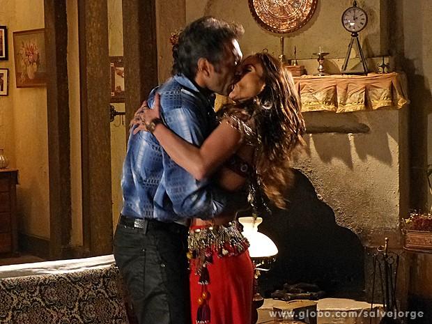 Ayla deixa claro que pode ser tudo para Zyah e eles se beijam  (Foto: Salve Jorge/TV Globo)