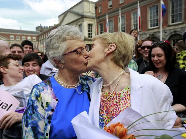 Casal se beija em comemoração ao referendo do casamento gay na Irlanda. (Foto: Cathal McNaughton/Reuters)