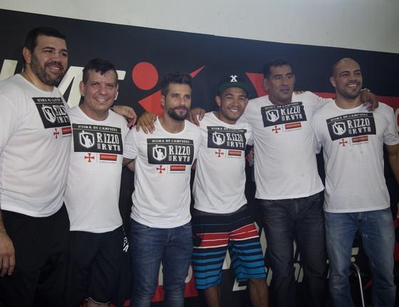 Gagliasso, ao centro, posa entre as lendas do MMA que estiveram no evento (Foto: Divulgação)