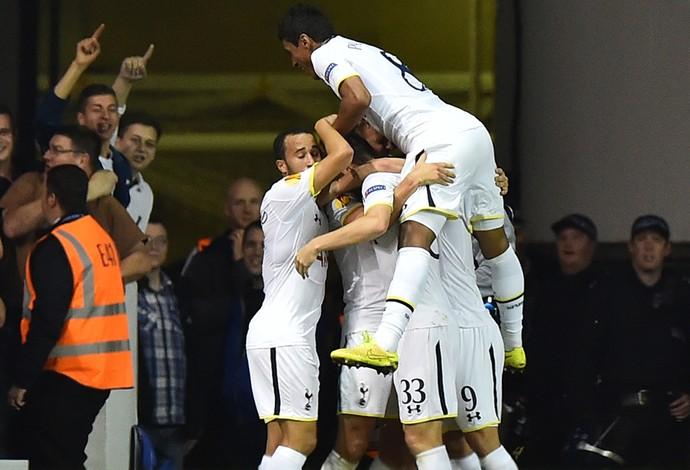 Tottenham x Besiktas - Kane comemora gol com companheiros (Foto: AFP)