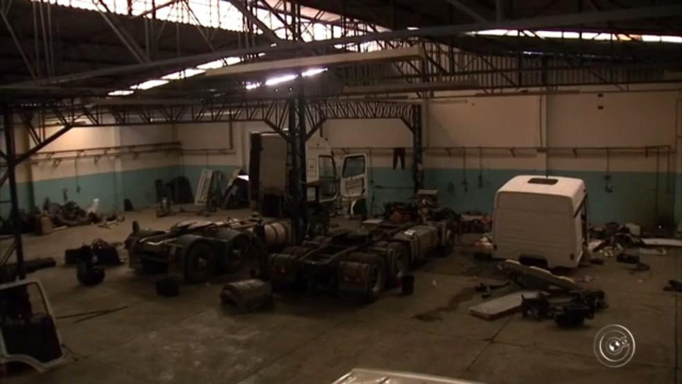 Segundo a Polícia Civil, cinco caminhões eram desmontados em um dos galpões (Foto: Reprodução/TV TEM)