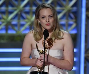 Elisabeth Moss ganhou o prêmio de melhor atriz por sua atuação em 'The handmaid's tale' | AFP PHOTO / Frederic J. Brown
