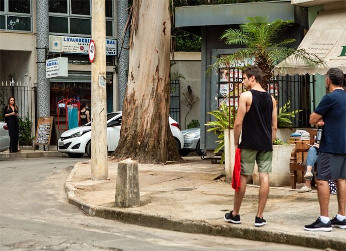 Lili sai da casa de Rafael e avista Germano (Foto: Camila Camacho/Gshow)