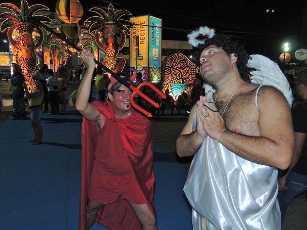 Ricardo Castro se vestiu de anjo para brincar com Wilson Pereira no Baile Municipal do Recife  (Foto: Katherine Coutinho / G1)