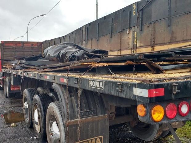 Droga estava escondida em fundo falso de caminhão (Foto: Rinaldo Rori / TV Tribuna)