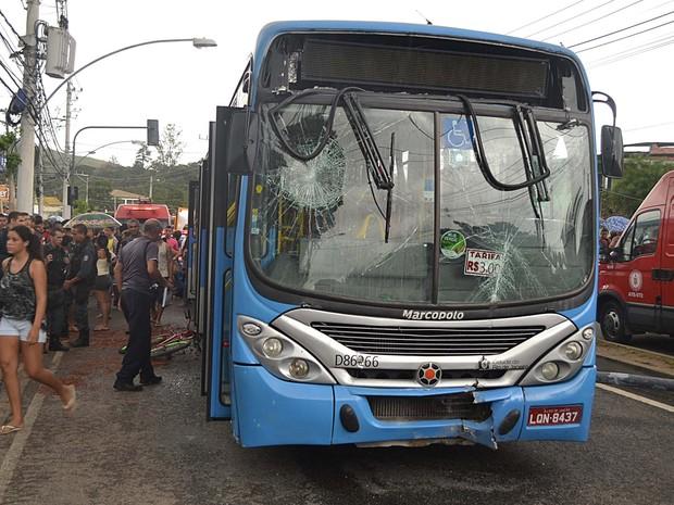 Acidente com ônibus deixa mortos e feridos na Zona Oeste do Rio (Foto: Felipe Brugger/Futura Press/Estadão Conteúdo)