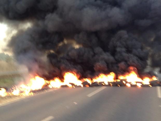 Protesto teve queima de pneus e interdição de rodovia em Palmas (Foto: Divulgação)