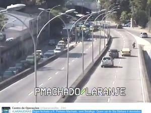 Carros foram desviados ao sair do Túnel Santa Bárbara (Foto: Reprodução / Centro de Operações)