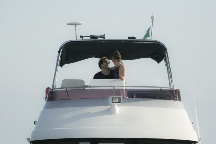 O casal curte o passeio de barco (Foto: Raphael Dias/Gshow)