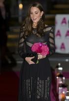 Kate Middleton aposta em vestido com recortes avaliado em quase R$ 2 mil