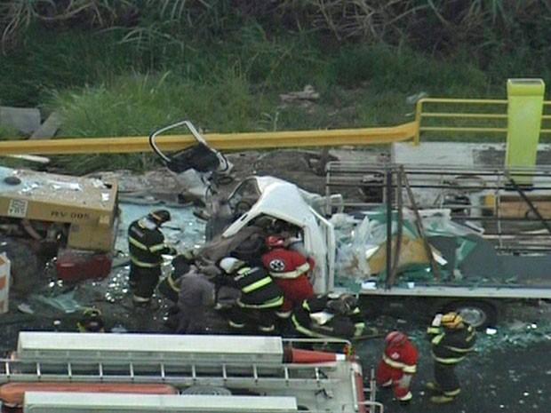 Acidente na rodovia Ayrton Senna (Foto: Reprodução/TV Globo)