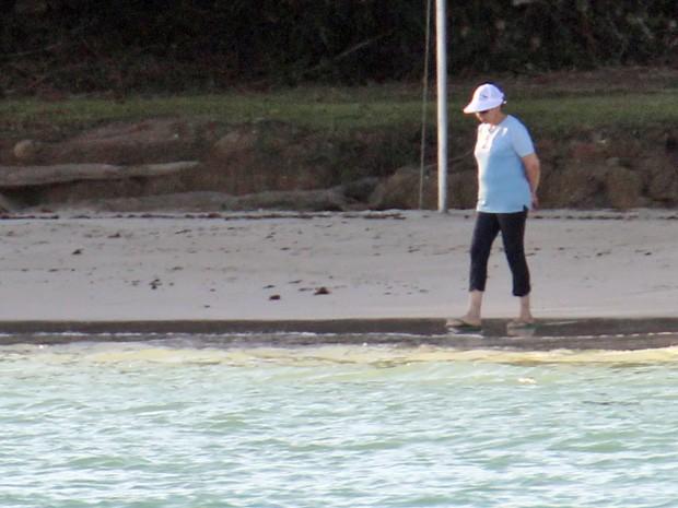 Presidente Dilma molha os pés no mar na Praia de Inema (Foto: WILSON PEDROSA/AGÊNCIA ESTADO/AE)