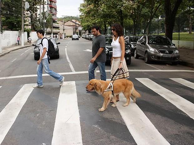 Treinador George auxilia Camila e Puca na hora de atravessar a rua (Foto: Arquivo pessoal)
