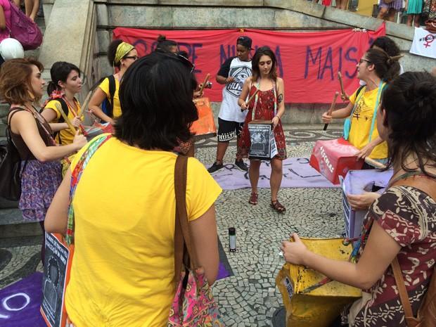 Mulheres batucam para protestar contra o presidente da Câmara de Deputados, Eduardo Cunha (Foto: Daniel Silveira/ G1)