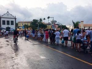 Fiéis formam fila gigante para deixar presentes na Colônia de Pescadores do bairro do Rio Vermelho (Foto: Maiana Belo/G1)
