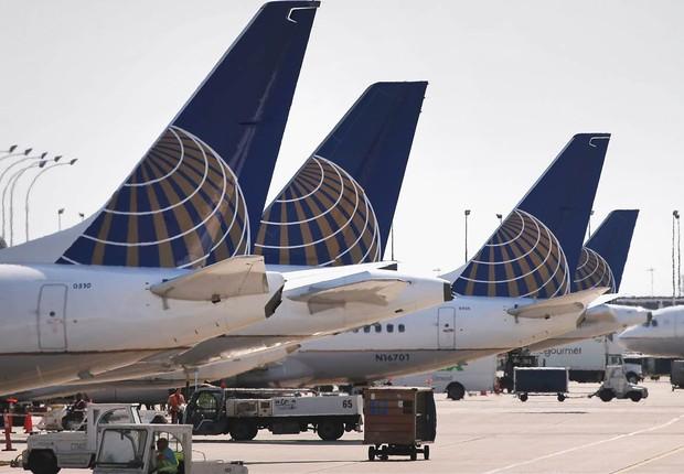 Aviões da companhia aérea United Airlines são vistos no aeroporto de Nova York (Foto: John Hughes/Bloomberg via Getty Images)