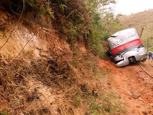 Automotriz da Estrada de Ferro Campos do Jordão saiu dos trilhos e acertou um barranco, no trecho de Santo Antônio do Pinhal (Foto: Renato Ferezim/G1)