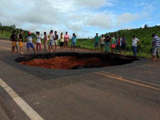 Cratera aberta na BR-222, no interior do Maranhão (Foto: Divulgação / PRF)