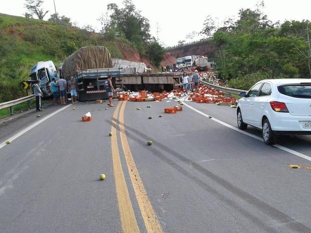 Acidente interdita BR-101 em Aracruz, no Espírito Santo (Foto: Divulgação/ PRF-ES)