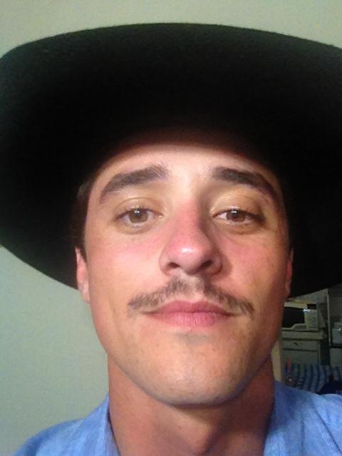 Ex-BBB Fael deixa bigode e exibe novo visual (Foto: Twitter/Reprodução)