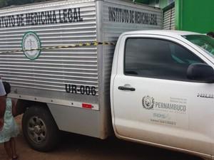 Carro do IML de Petrolina (Foto: Jadir Souza/TV Grande Rio)