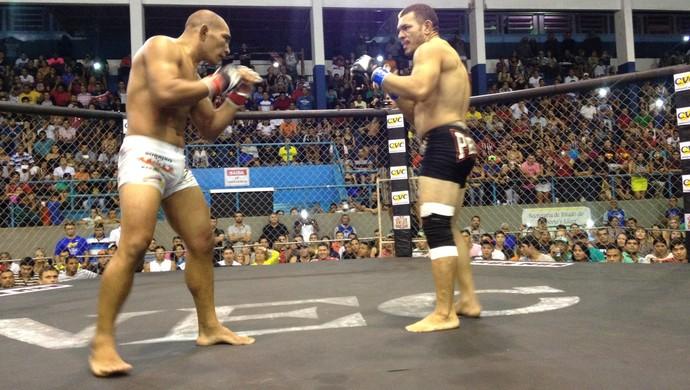 Oberdan Pezão e Ari Mão de Pedra fizeram a luta principal do Iron Man, no AP (Foto: Rafael Moreira/GE-AP)