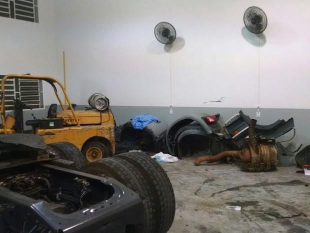 Quadrilha é presa por desmanche de caminhão (Foto: Baep)