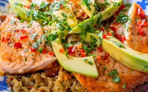 Salmão grelhado com molho teriyaki, abacate com arroz sete grãos e amêndoas