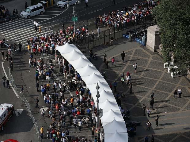 Fiéis fazem fila para entrar no Central Park, onde o Papa Francisco vai liderar uma procissão nesta sexta-feira (25) (Foto: Justin Sullivan/Getty Images/AFP)