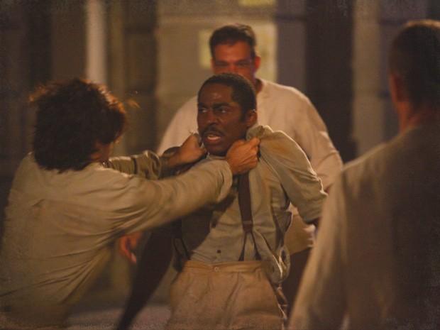 Zé Maria é atacado por capangas (Foto: Lado a Lado/Tv Globo)