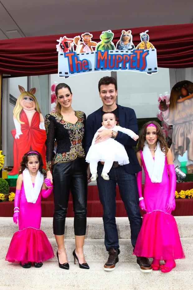 Rodrigo Faro com a família (Foto: Marcos Ribas e Manuela Scarpa / Foto Rio News)