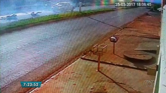 Vídeo mostra acidente entre moto e caminhonete na BR-158, em Jataí