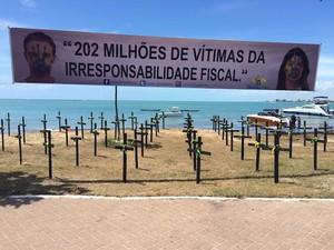Faixa foi utilizada para atrair as pessoas que passavam pela orla de Maceió (Foto: Paula Nunes/G1)