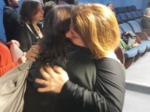 Emocionada, Raquel Alves abraça amiga no velório do pai, Rubem Alves (Foto: Marcello Carvalho / G1)