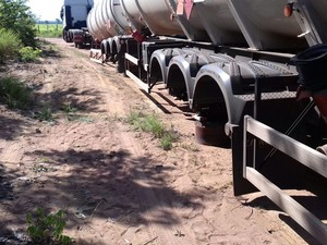 Veículo teve cerca de 30 pneus roubados (Foto: Divulgação/PRF)