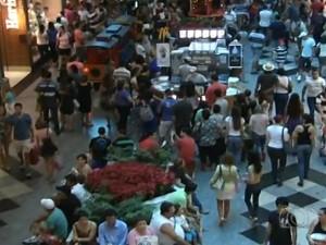 Shopping e comércio de rua ampliam horário de funcionamento, em Goiás (Foto: Reprodução/ TV Anhanguera)