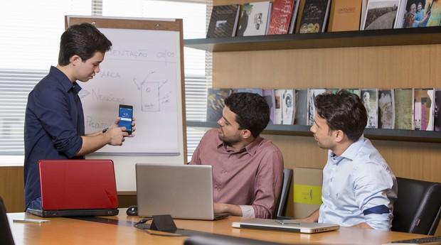 Brasileiros criam smartphone para competir com marcas internacionais