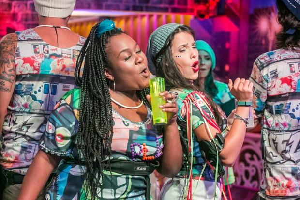 Roberta e Emilly durante uma das festas no BBB 17 (Foto: GLOBO / Paulo Belote)
