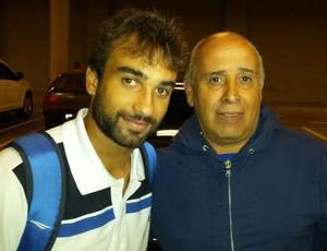 Gabriel Xavier deixa o Mineirão acompanhado pelo pai, após vitória do Cruzeiro na Libertadores (Foto: Marco Astoni)