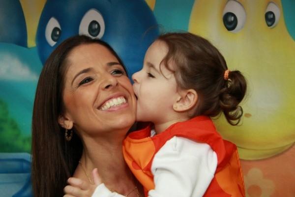 Eduarda ganha beijo da filha Luiza (Foto: Arquivo Pessoal)