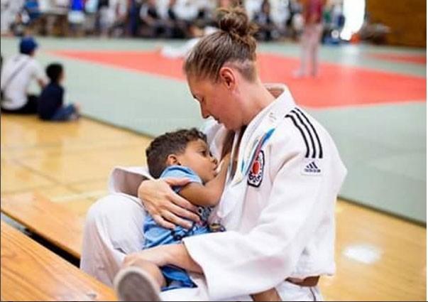 A judoca Jennifer Orey amamenta o filho caçula logo após conquistar a medalha de prata (Foto: Reprodução/ Instagram)