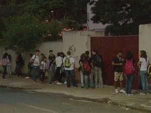 Escolas estaduais são criticas por uso obrigatório de uniforme em Ribeirão Preto (SP) (Foto: Valdinei Malaguti/EPTV)