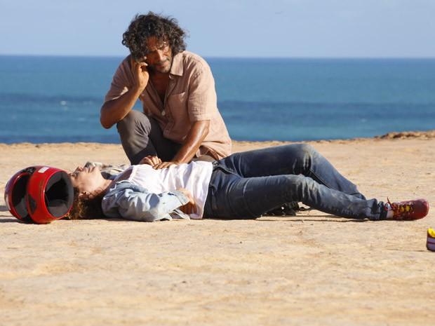 Donato vê casal acidentado e socorre (Foto: Flor do Caribe/ TV Globo)